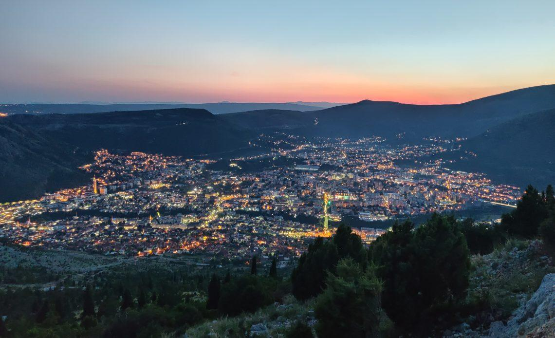 Vue de Mostar depuis une colline